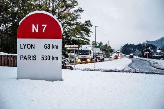 Des fortes chutes de neige sèment la pagaille