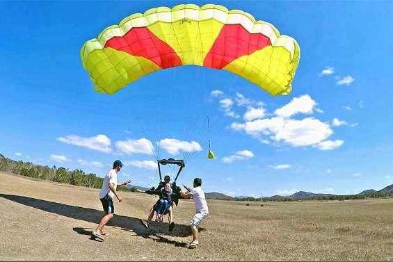 Sauts en parachute et baptêmes d'ULM, à Ouano