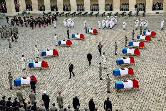 Macron s'incline devant le « sacrifice » des 13 soldats