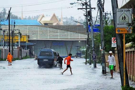 Le typhon Kammuri touche les Philippines, des milliers d'évacuations