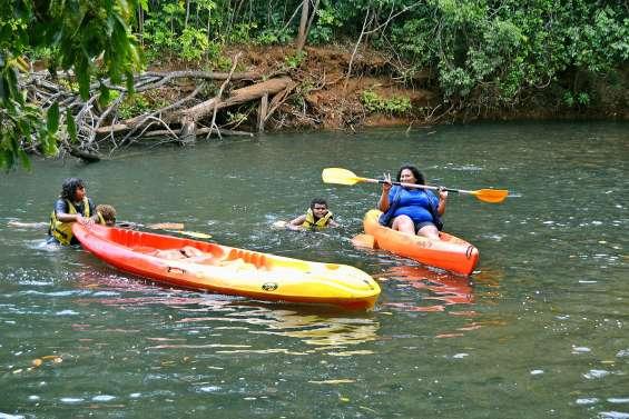 Journée kayak sur La Dumbéa pour les jeunes des maisons de quartier