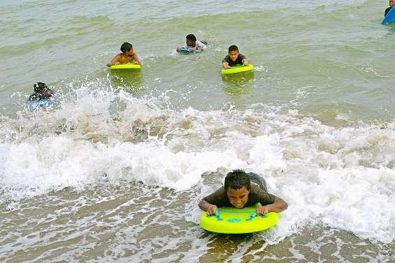 L'art de prendre la vague sur la plage de la baie Toro