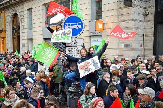 Des dizaines de milliers de manifestants défilent contre la PMA