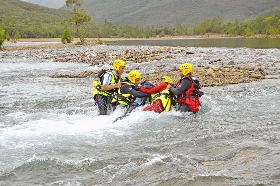 Dans La Tontouta, les pompiers s'exercent au sauvetage en eaux vives