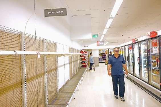 La peur du coronavirus crée la panique dans les rayons des supermarchés