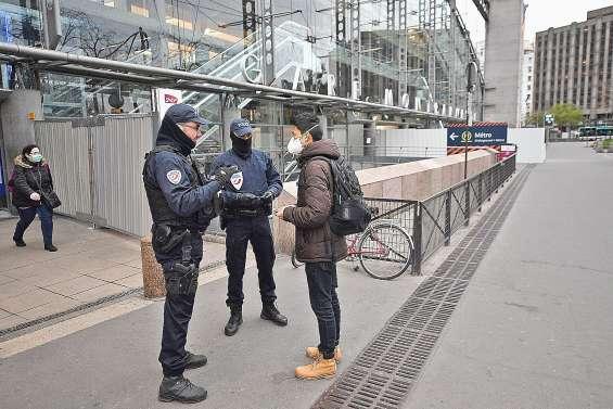 Le port du masque des policiers encadré