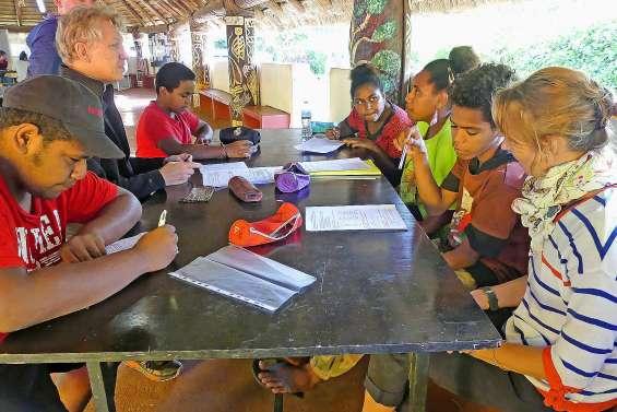 Durant les vacances, les professeurs amènent le collège en tribu