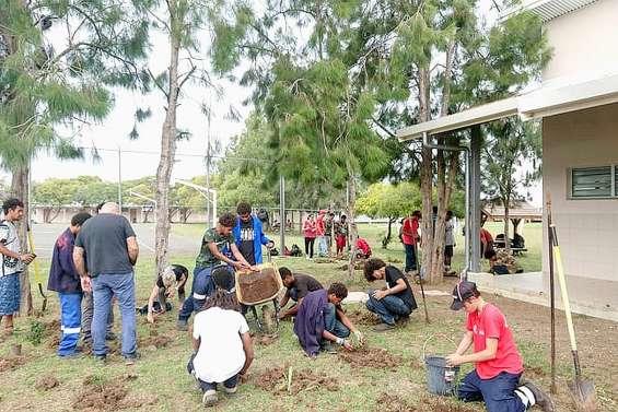 Près de 150 arbustes plantés au lycée agricole par les élèves de terminale