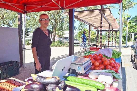 Le marché Peako Peaki délocalisé sur la place du village