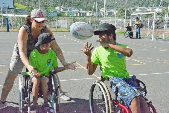 Le collège de Dumbéa-sur-Mer s'essaie au rugby fauteuil