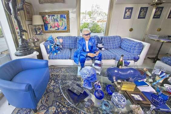 La collection bleue de Michou exposée avant une vente aux enchères