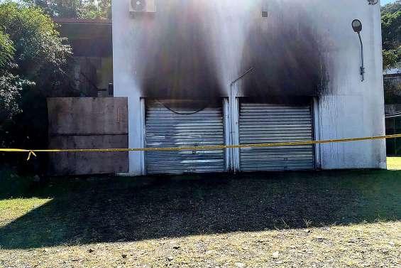 Deux véhicules brûlés au dispensaire de Ponérihouen