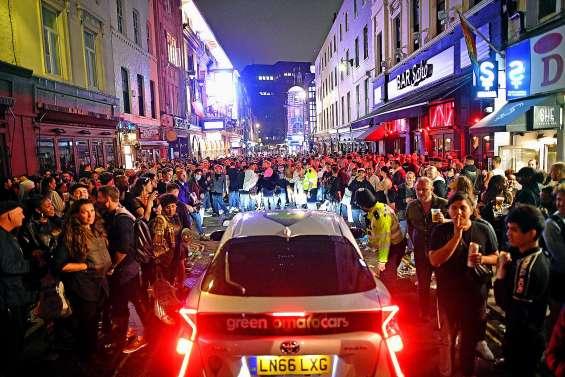 Nuit festive « hors de contrôle » en Angleterre, après la réouverture des pubs