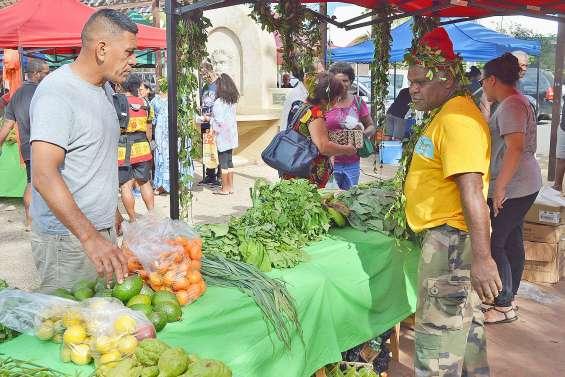 Les produits de Maré sur les étals du marché Peako Peaki