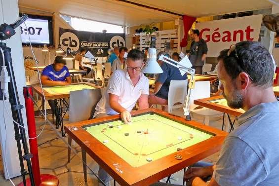 Les joueurs de carrom s'affrontent lors d'un tournoi
