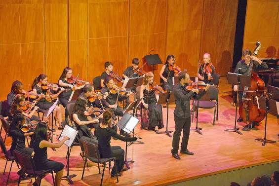 Les petits violons et leurs solistes sur scène