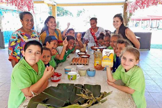 Les écoliers de CE1 et de CE2 de l'école Daniel-Mathieu à la tribu de Kouergoa