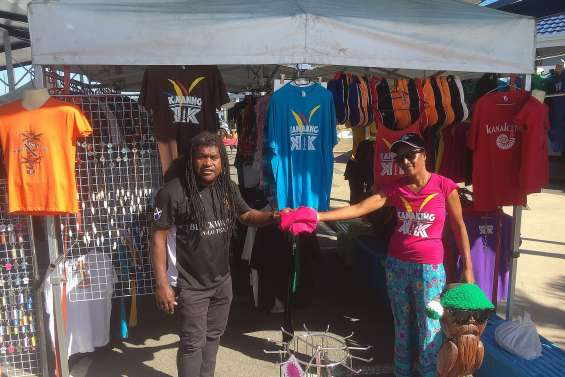 Gayulaz reçoit des tee-shirts pour les personnes en difficulté