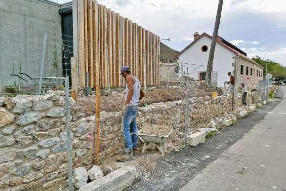 Le mur du musée du bagne reconstruit presque à l'identique