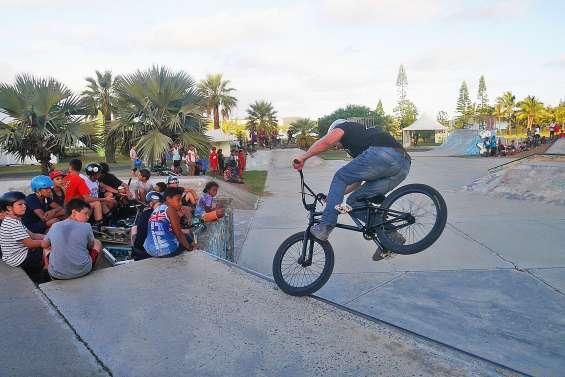 Au skate-park, les démonstrations de glisse impressionnent le public