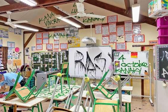 Les murs de Scheffleras recouverts de tags politiques
