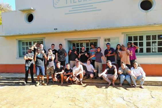 Des étudiants rénovent l'ancien village minier de Tiébaghi