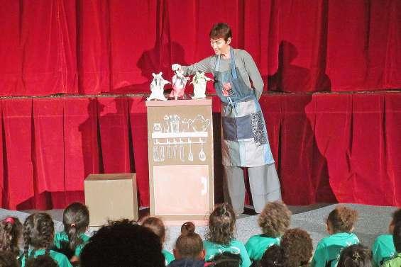 Un spectacle de marionnettes pour 201 petits en maternelle