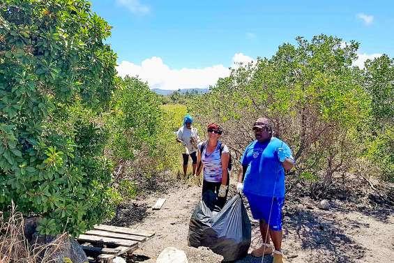 Ramassage de déchets à Wanap