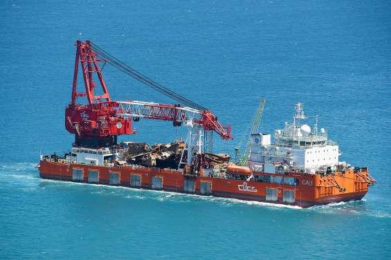 La barge Cali poursuit le démantèlement du Kea Trader