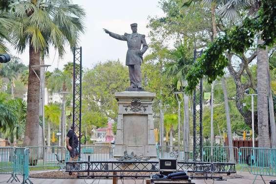 L'amiral Olry va laisser la place à une statue de la poignée de main