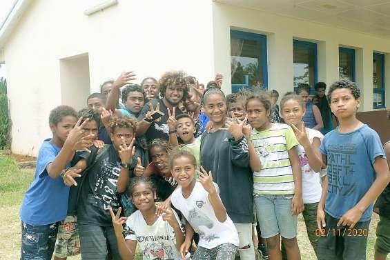 Les artistes du Drehu hip-hop Tour au collège de Hnathalo