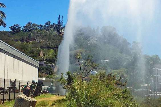 Le perçage d'une canalisation d'eau provoque un impressionnant geyser