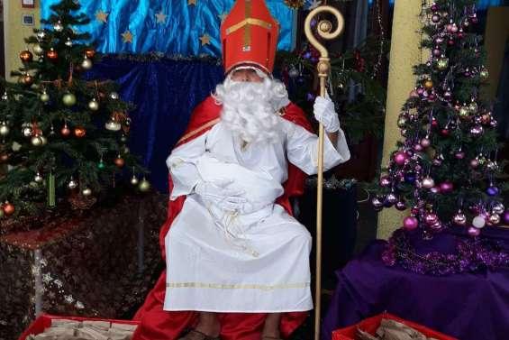 Saint-Nicolas a visité l'école Amoura, à Païta