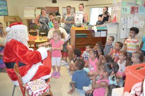 Le père Noël collecte les lettres des enfants