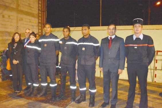 Six pompiers épinglés