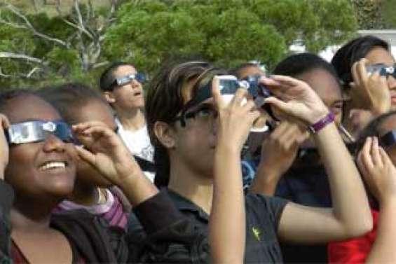 Eclipse et lunettes noires [2 vidéos]