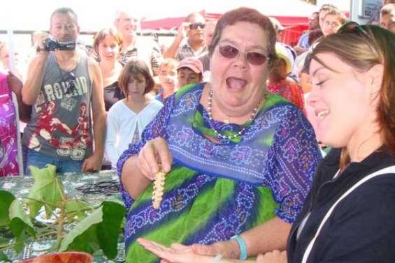 Mamie appâte le touriste avec des vers
