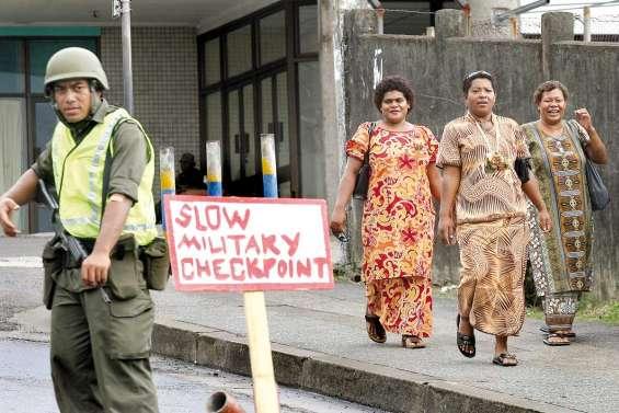 Fidji, au pas militaire