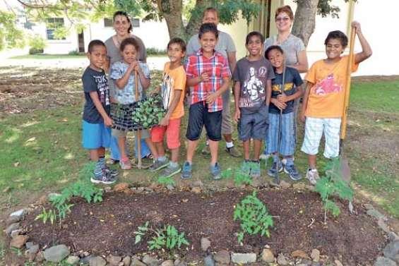 Les petits jardiniers (se) cultivent à l'école