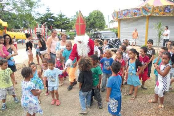 Saint-Nicolas récompense les enfants