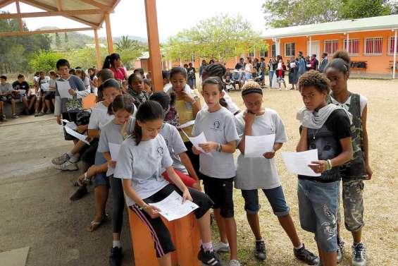 Les élèves chantent «Imagine »