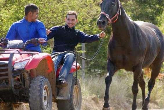 Pouembout sort ses jockeys