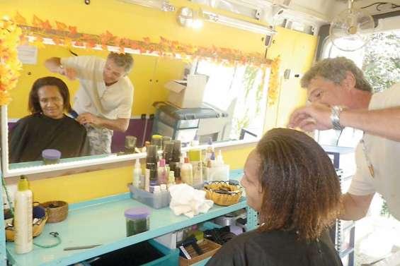 Un coiffeur au marché