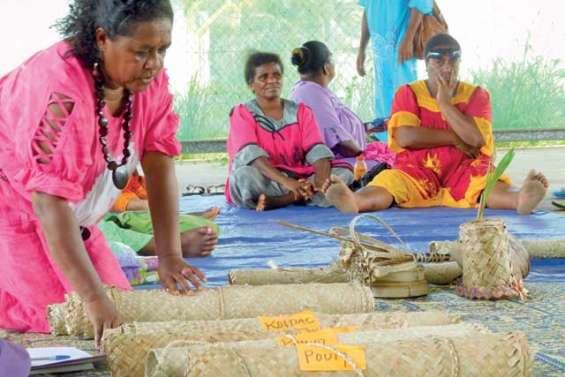 Les femmes dévoilent leur travail sur les nattes