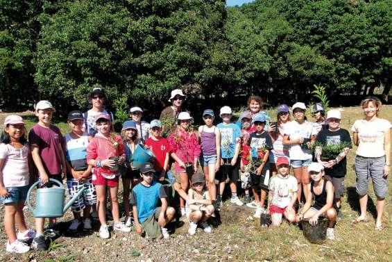Quarante-cinq jeunes jardiniers à Poé