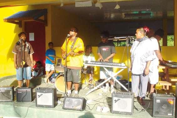 Marché en musique à la tribu de Ouaoué