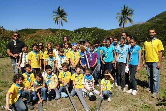 Des jeunes avec des épées à la Roche-Percée