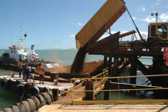 Le minéralier de la SMSP en cours de chargement