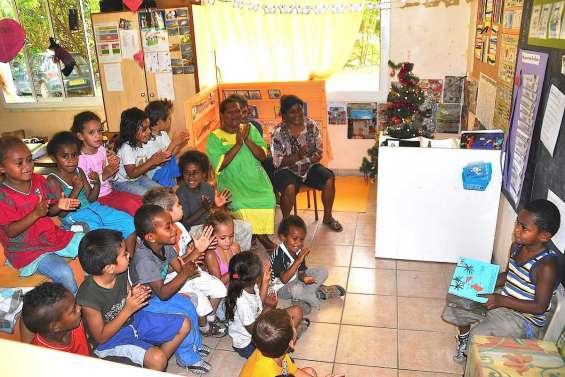 Parents et enfants réunis autour du livre