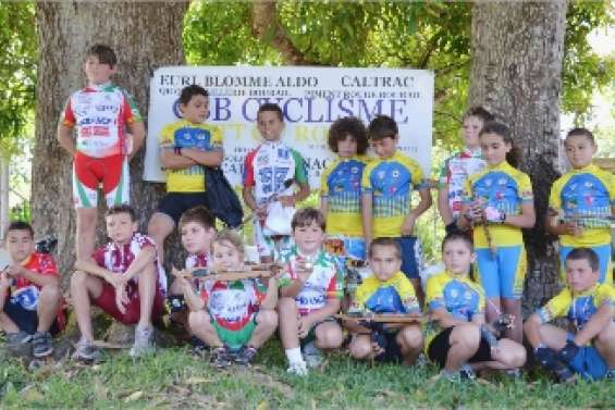 Rencontre entre jeunes cyclistes